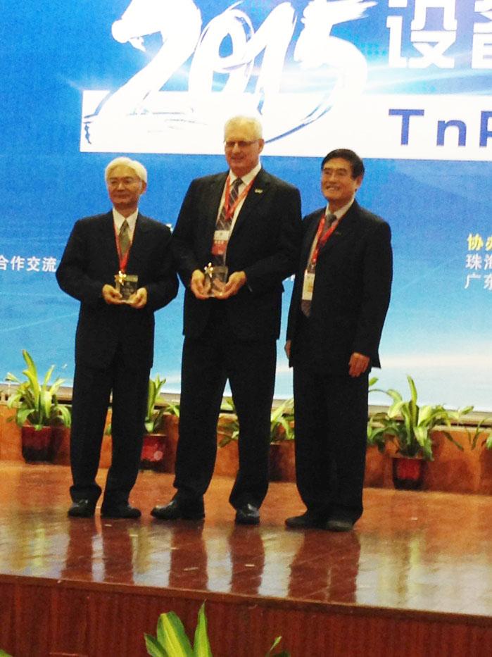 李葆文教授(右一)为演讲嘉宾颁发纪念奖