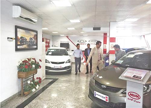 在奇瑞汽车的德黑兰4S店里,伊朗消费者在选购汽车