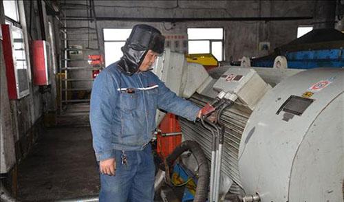 员工对仓上刮板机驱动电机进行点检